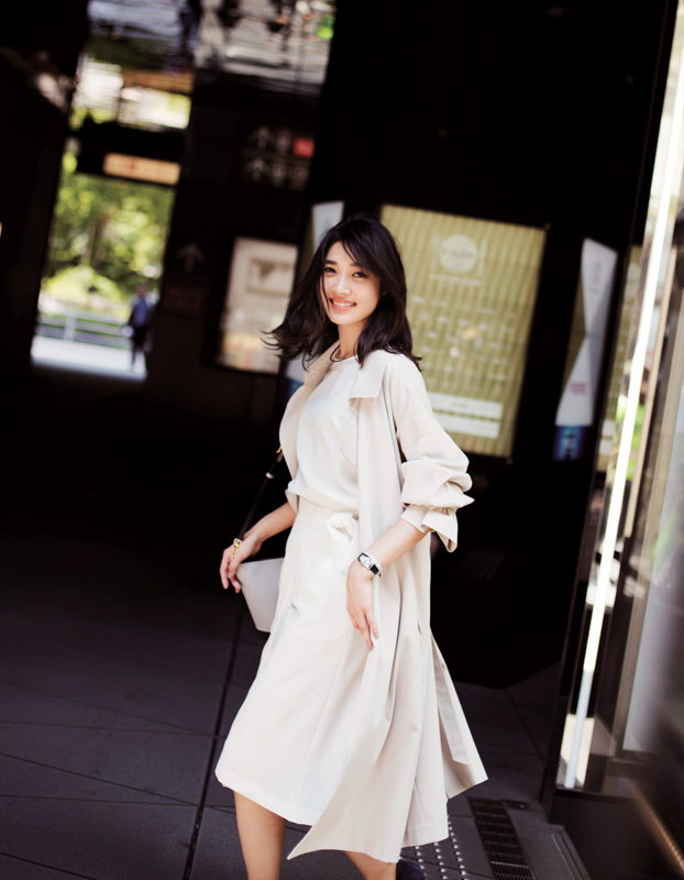 白スカート×白トップス×ベージュソフトトレンチ