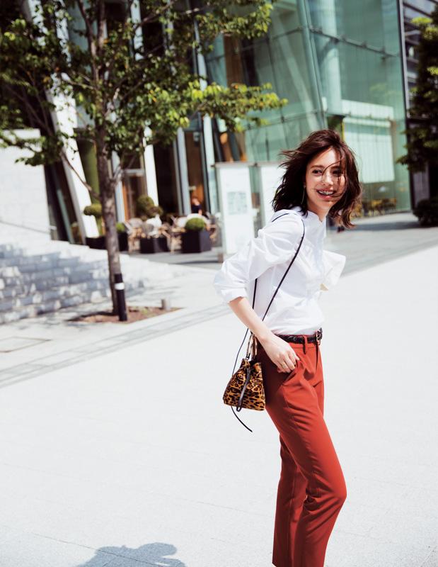レンガ色パンツ×白シャツ