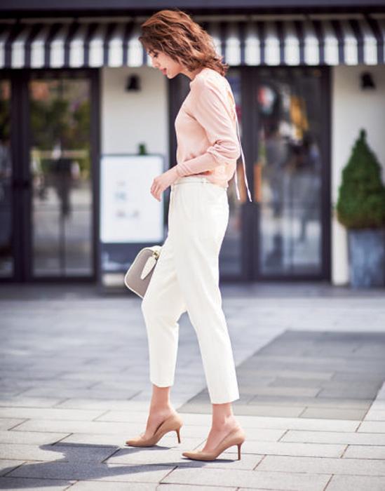 ピンクニット×白パンツ
