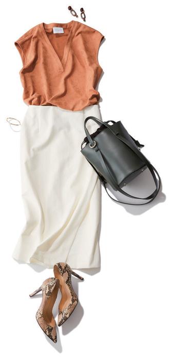 エコスエードVネックブラウス×白タイトスカート