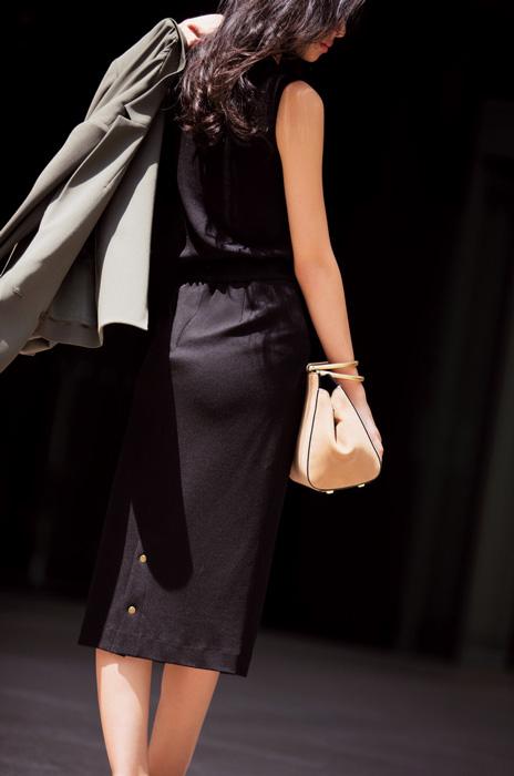 黒ノースリーブニット×黒タイトスカート