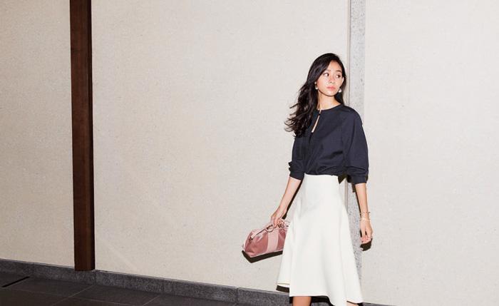 黒ブラウス×白スカート