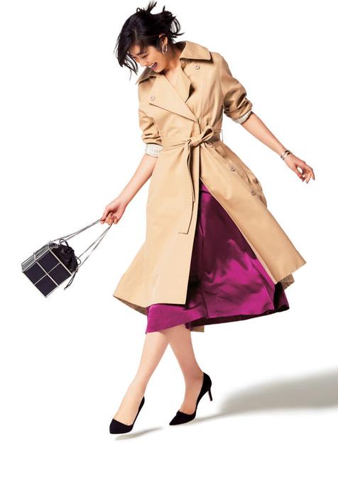 黒パンプス×ピンクスカート×トレンチコート