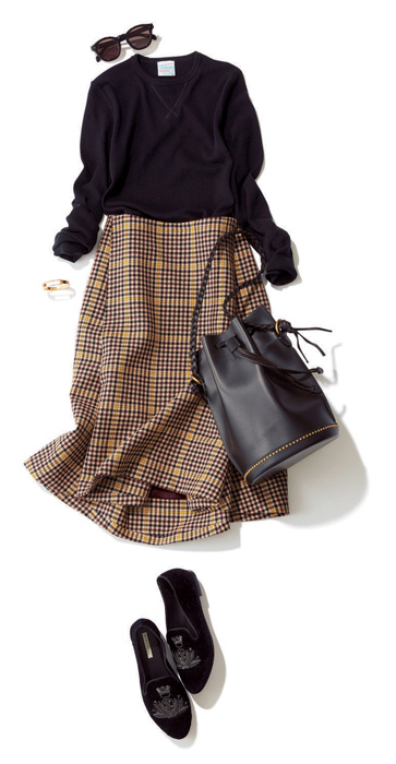 黒セーター×チェックスカート