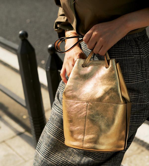 ゴールドのバッグ