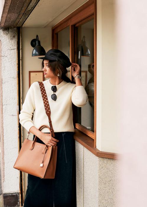黒キャスケット帽×白ニット