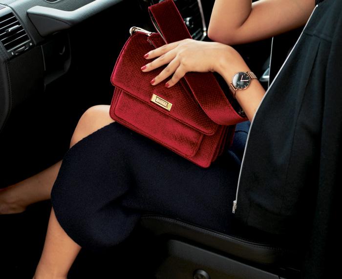 赤バッグ×黒ブルゾン×黒タイトスカート