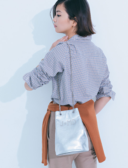 チェックシャツ×ベージュパンツ