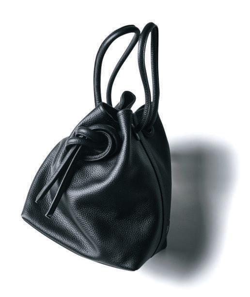 ショルダーバッグ 黒×ヴァジックの巾着型バッグ