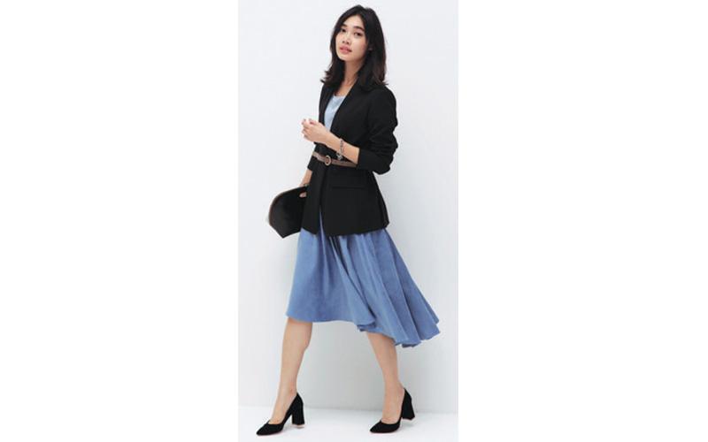 黒ジャケット×カラースカートコーデ
