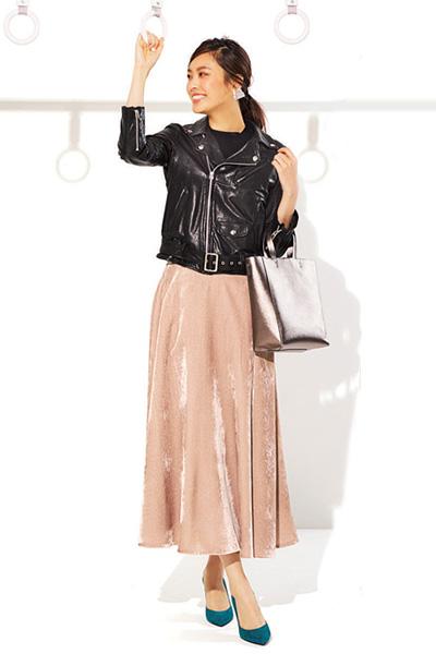 黒ジャケット×ピンクスカート
