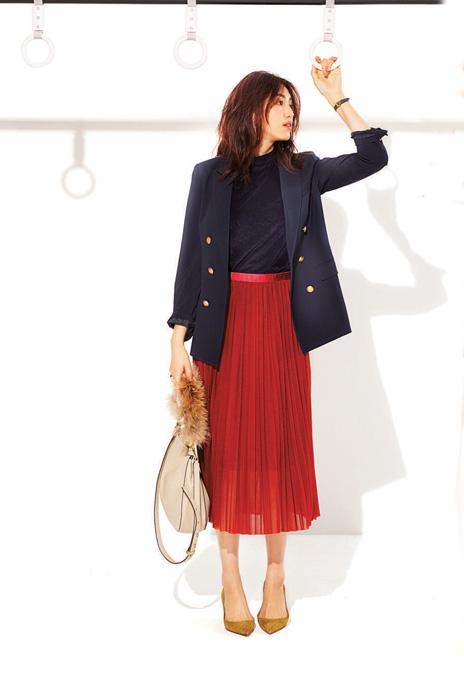 赤プリーツスカート×黒トップス×ネイビージャケット