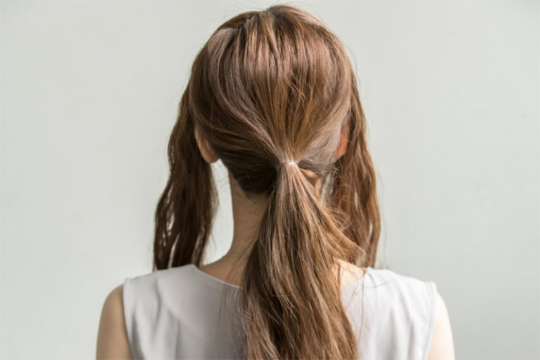 1|全体をアイロンでゆるく巻き、両サイドを多めに残して、後ろ髪を少し下目で結ぶ。