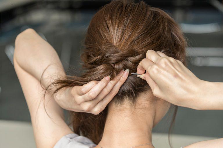 4|最初にまとめた髪のゴム周りに、両サイドの髪を巻きつけてピンで留める