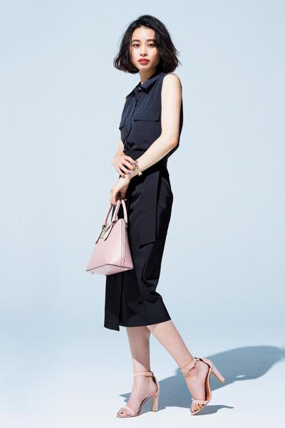 黒ノースリーブシャツ×黒タイトスカート