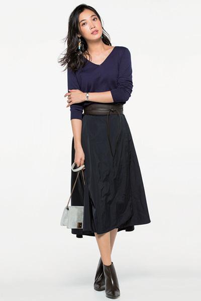 パープルVネックセーター✕黒スカート