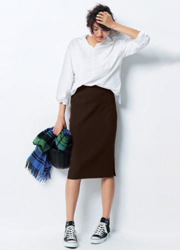 ブラウンタイトスカート×黒スニーカー×白シャツ