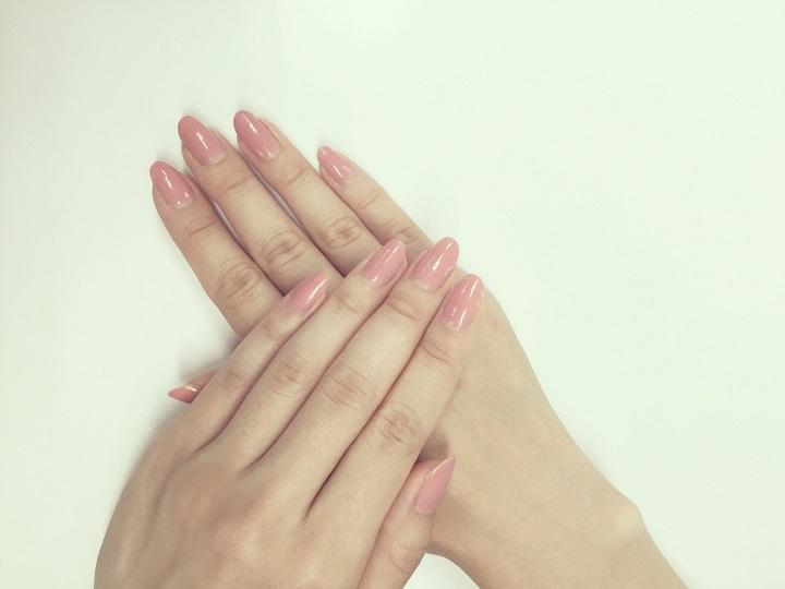 上品な淡いピンクのワンカラーネイル