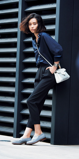 ネイビーシャツ×黒パンツコーデ