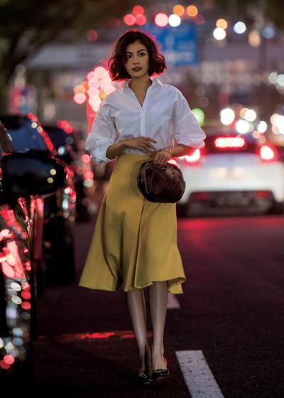 白シャツ×黄色フレアスカート