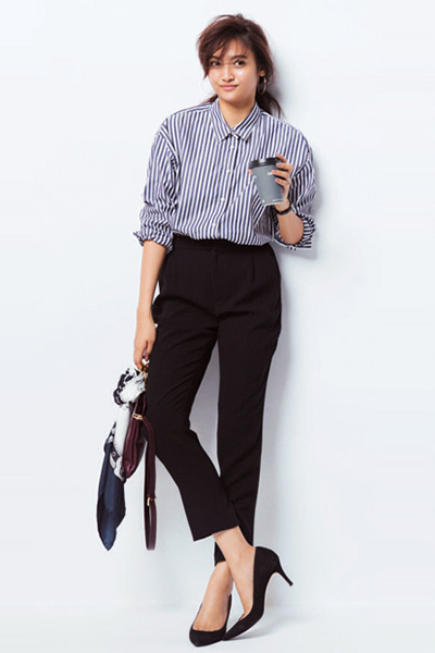 ストライプシャツ×黒パンツ