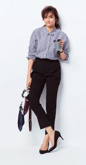 ブルーストライプ柄シャツ×黒パンツ