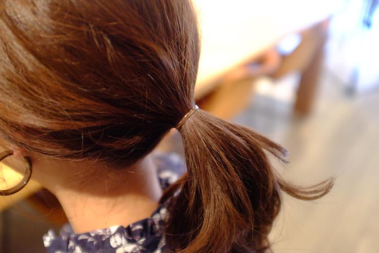 1|ゴムが見えないよう、髪になじむ色の細いゴムでひとつ結びに