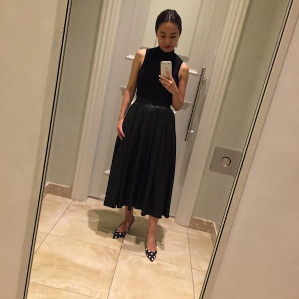 黒ノースリーブ×黒レーススカート