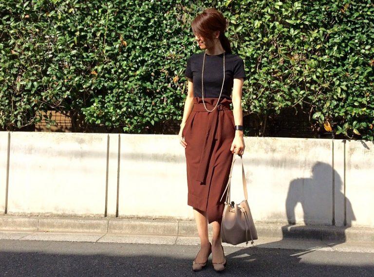 黒ティーシャツ×ブラウンハイウエストスカート
