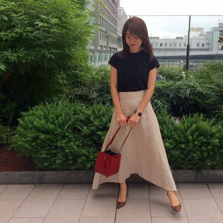 赤バッグ×黒Tシャツ×ベージュロングフレアスカート