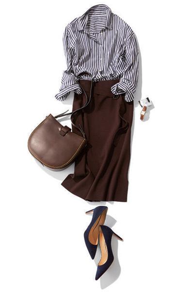 ストライプシャツ×ブラウンタイトスカート