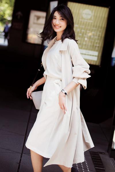 ベージュフレアロングスカート×白Tシャツ