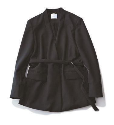 通勤コーデに選びたい黒ジャケット