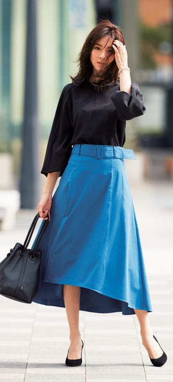 黒ベースに、スカイブルーのフレアスカートを一点投入