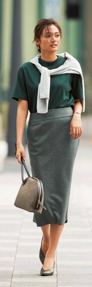 グリーンのカットソー×グレーウールタイトスカート