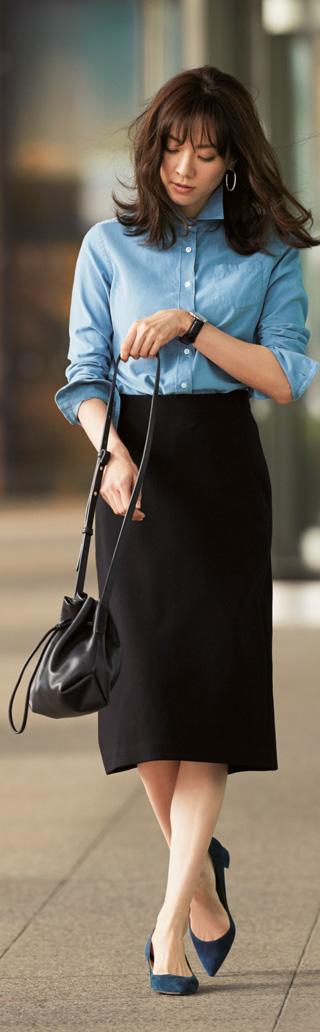 黒タイトロングスカート×ブルーシャツ