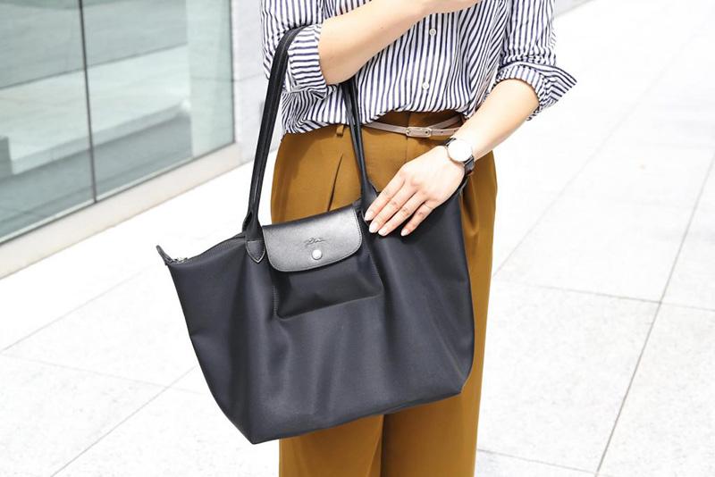 c2a1253f1f31 キャリアを積み重ねていくと、通勤バッグも職種に応じて自分なりの条件が生まれるもの。「営業職なので、通勤バッグは肩にかけられて軽いことがマスト。