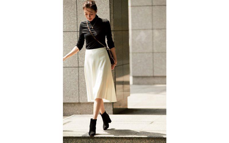 黒ショートブーツ×黒トップス×白フレアスカート