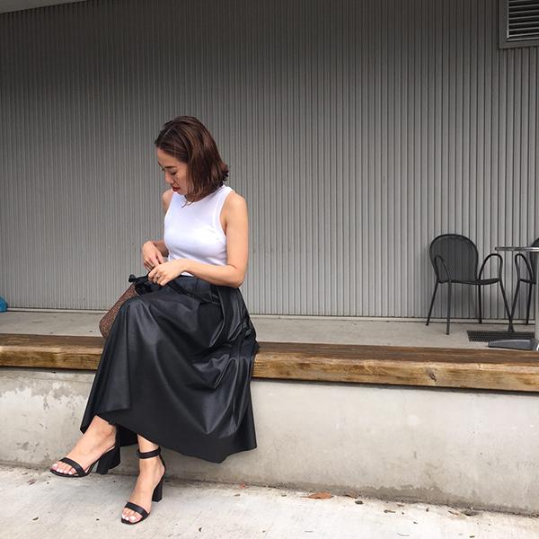 白タンクトップ×黒フレアスカート