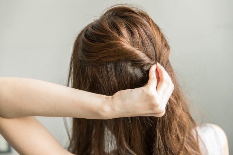 1|全体をアイロンでゆるく巻き、トップの髪をふたつに分けそれぞれねじる。