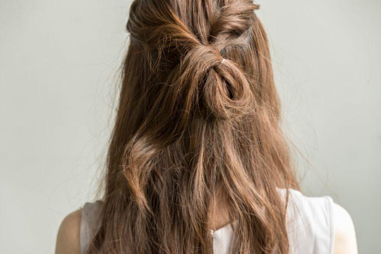 2|【1】でねじった髪をひとつに結ぶ。