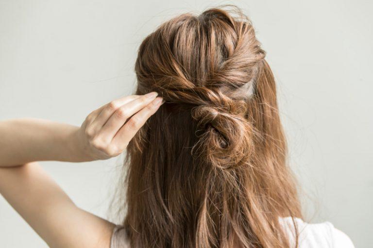 3|おだんごの毛先をゴムの上に巻きピンで留める。