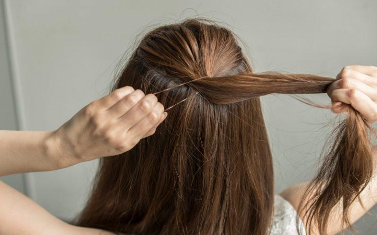 1|全体をアイロンで軽く巻き、トップの髪を結ぶ。
