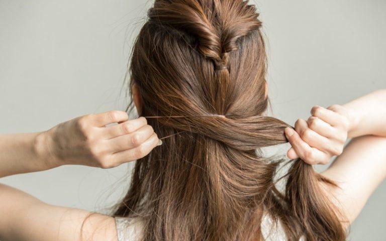 3|サイドの髪を【2】で作った《くるりんぱ》の下で結び、また《くるりんぱ》する。