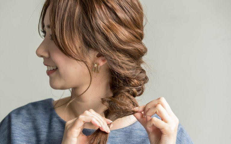 3|全体のバランスを見て、くるりんぱの髪をつまみ、少しずつ引き出す。