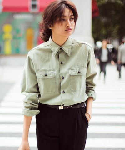 黒パンツ×カーキシャツ