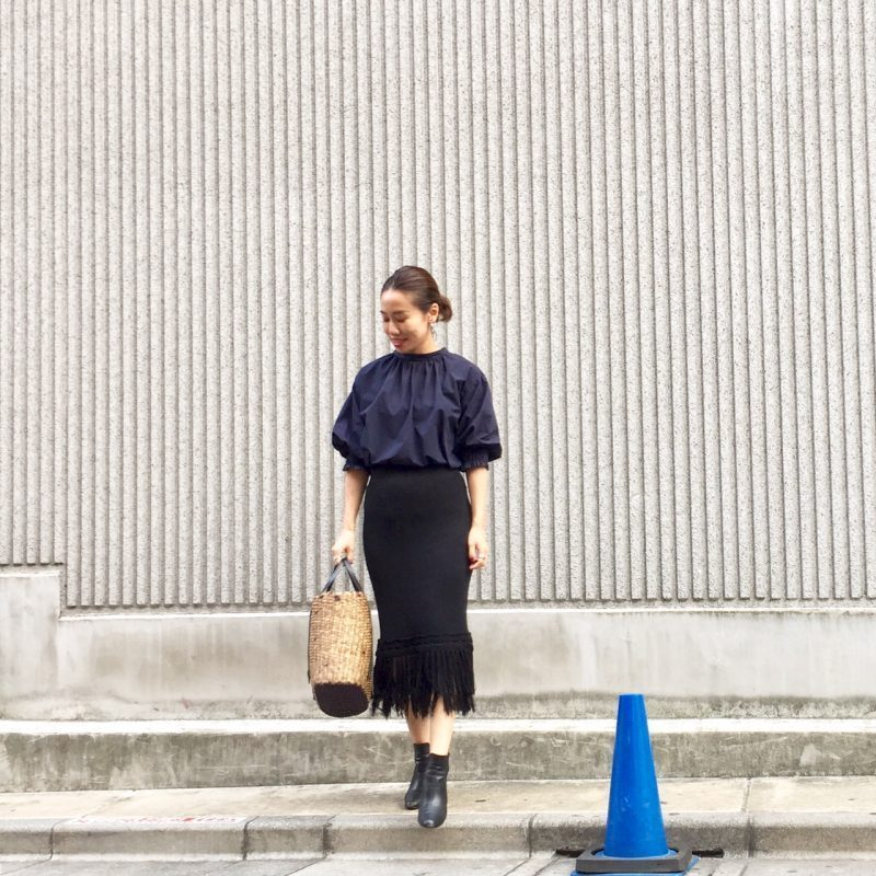 ネイビーブラウス×黒デザインスカート