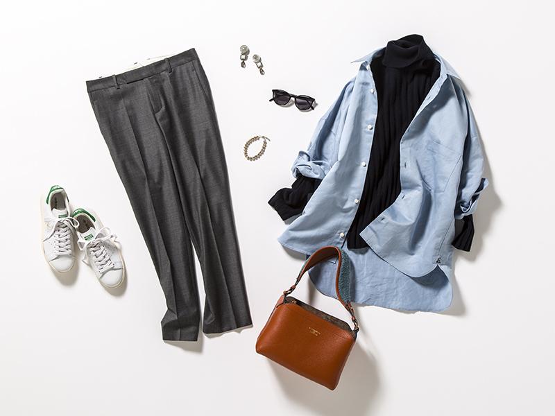 黒タートルニット×ブルーシャツ×グレーパンツ