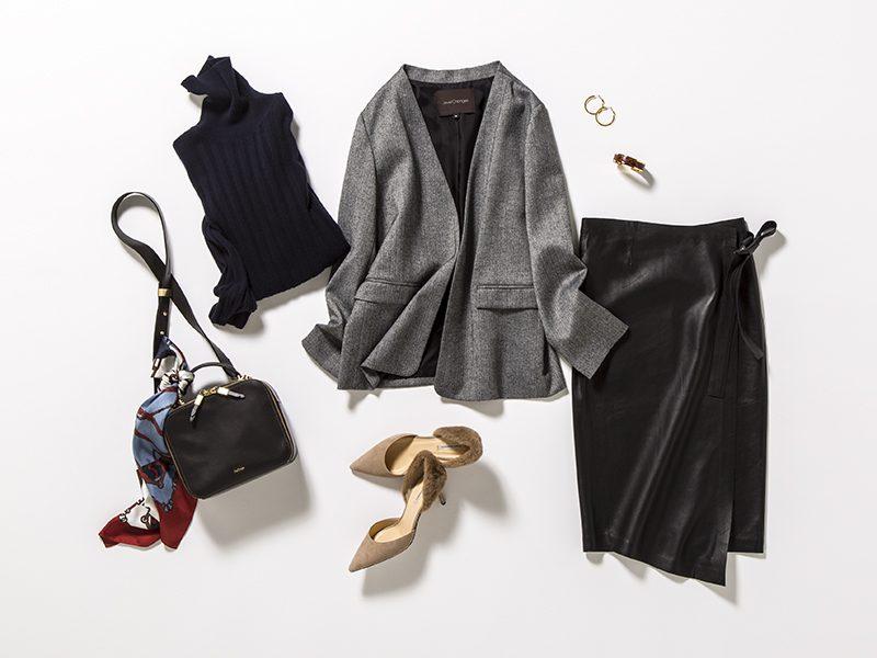 黒タートルネックニット×黒レザースカート