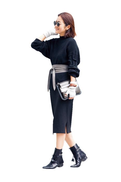 黒タイトスカートひざ下×黒ニットコーデ